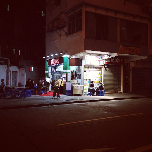 A lone #dessert #shop shines in the #dark of the #mongkok #night. #hk #hongkong #hkig
