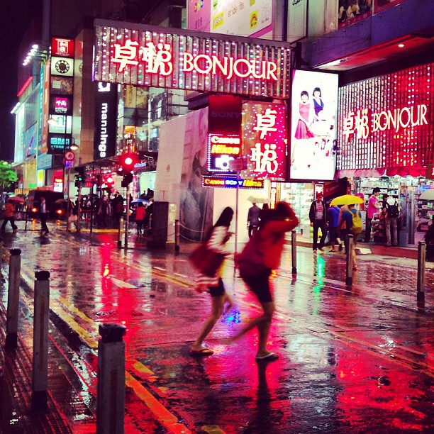 A #rainy #night in #causewaybay #hongkong. #ladies #run across the #street to shelter. #hk #hkig