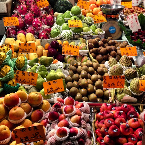 The #night #street #fruit #stall. Can you spot the #scale? #hongkong #hk #hkig