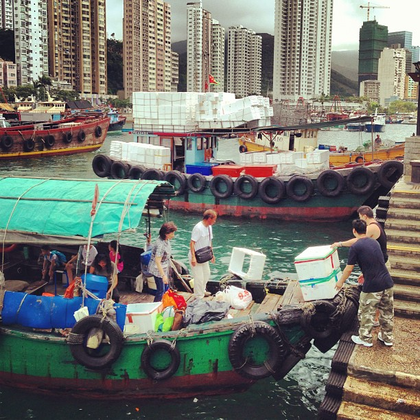 #men loading up a #sampan #boat. #aberdeen #apleichau #sea. #hongkong #hk #hkig