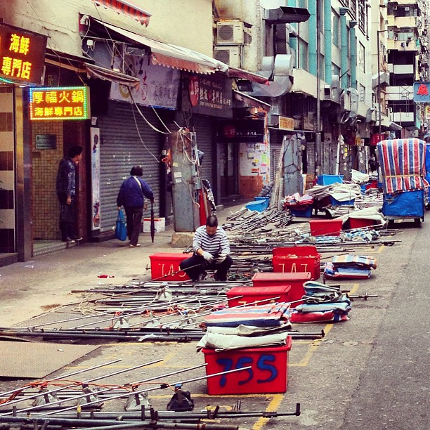 #mongkok in the #morning. #ladiesmarket is being set up. #hongkong #hk #hkig #street #market