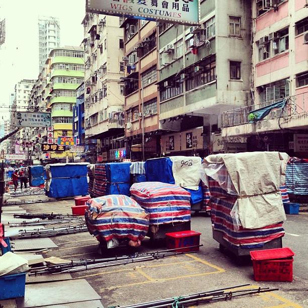 #mongkok in the #morning. #ladiesmarket is being set up. #hongkong #hk #hkig #street #market