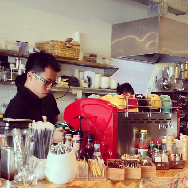 A #barista pulling a shot at #chaiwanese #cafe in #chaiwan. #hongkong #hk #hkig