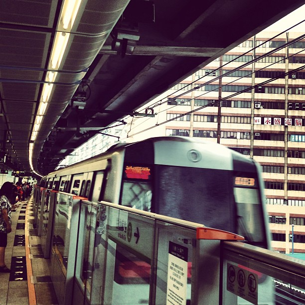 The #mtr #train pulls into the #station. #hongkong #hk #hkig