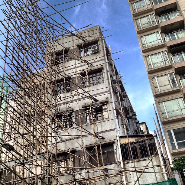 #bamboo attack! a #lattice of bamboo sticks out of the #building in #kowloon #city as they prepare to mount a signboard. #hongkong #hk #hkig