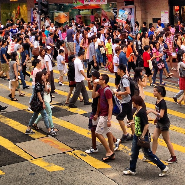 #hongkong is nothing if not #crowded - #pedestrians #crossing at #causewaybay. #hongkong #hk #hkig