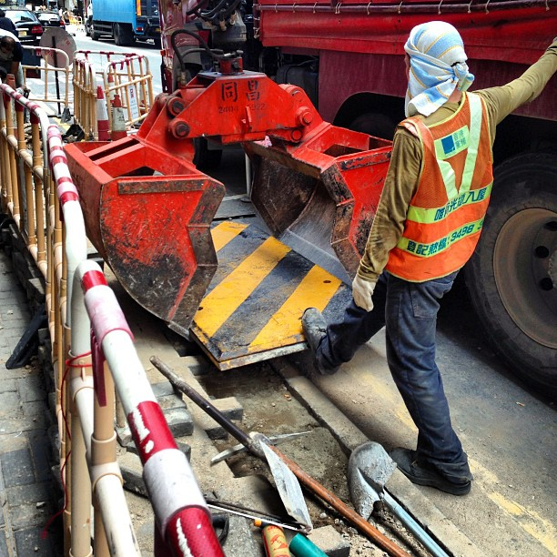 #roadworks - a #worker places a #steel plate over a trench dug in the #road. #hongkong #hk #hkig