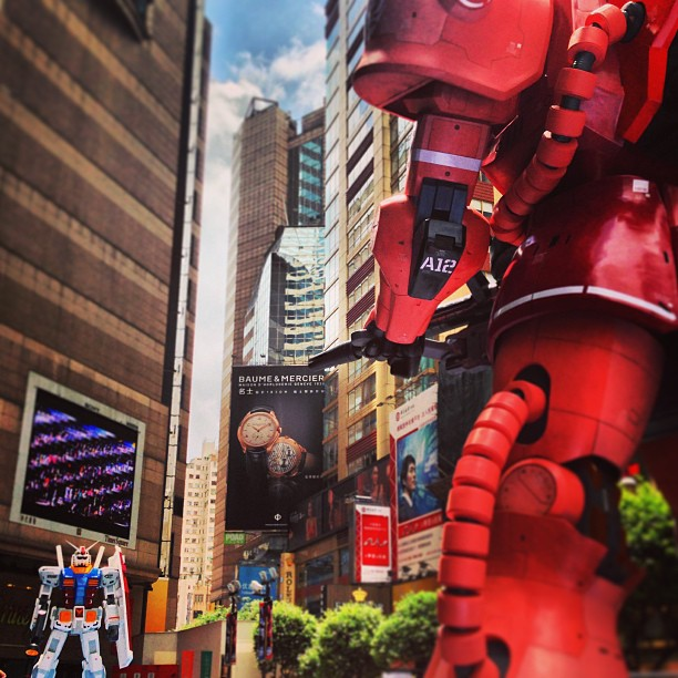 A #gundam and #zaku stand-off in Times Square, #CausewayBay. #hongkong #hk #hkig