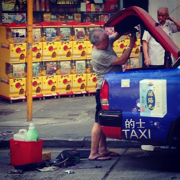 Slice of #life - a #taxi #driver prepares his #car for the #morning shift. #hongkong #hk #hkig