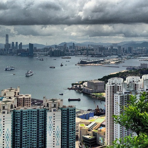Stormy #hongkong - you can see old #kaitak #airport in the distance. #hk #hkig #hiking #devilspeak