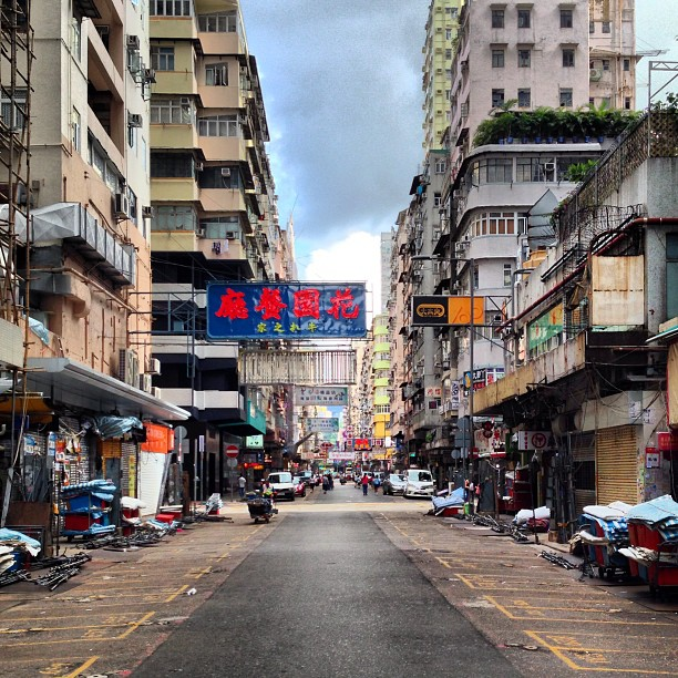 This is #ladiesmarket ( #TungChoi #street) in the #morning. Pretty deserted. #hongkong #hk #hkig