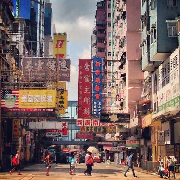 #crossing the #road - #mongkok #hongkong. #hk #hkig