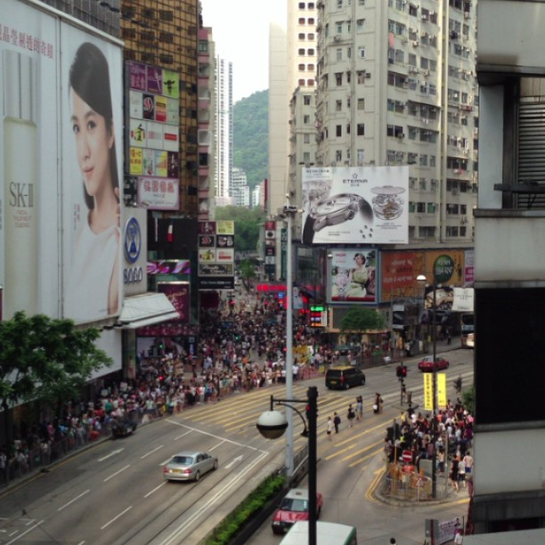 #crowd of #pedestrians #crossing at #sogo in #causewaybay. It's more like a #swarm, really. #hongkong #hk #hkig #hkvideo #instavid