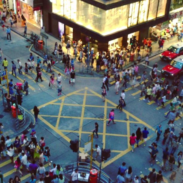 #pedestrian #crossing in #tsimshatsui. #hongkong #hk #hkig #hkvideo #instavid #crowd #WHPmyfavoriteplace