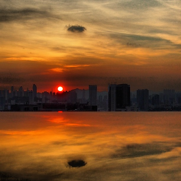 #city in a sea of #clouds - #sunset over the #kowloon #cityscape, reflected over a marble tabletop. #hongkong #hk #hkig #reflections