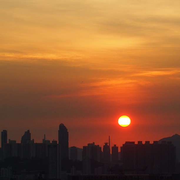 A beautiful, blazing red #sunset over #kowloon. #hongkong #hk #hkig