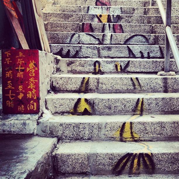 #graffiti / #streetart of a #chicken on #steps. #hongkong #hk #hkig