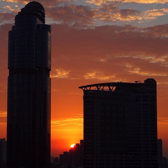 #sunrise - the sun peeks out from behind #LanghamPlace in #Mongkok. #hongkong #hk #hkig