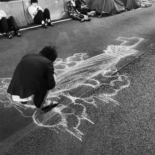 An #OccupyHK #chalk #artist drawing on #HarcourtRoad in #Admiralty. #umbrella power! #HongKong #hk #hkig