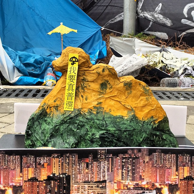 Did you miss the giant #umbrellarevolution banner that was hung on #LionRock? No worries, come to #OccupyHK #Admiralty where you can view the #papiermâché miniature complete with nightview of the surroundings too. #HongKong #hk #hkig
