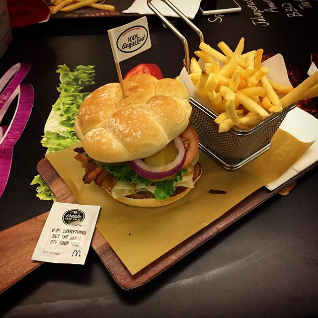 This is a #McDonalds #burger. Doesn't look like it huh? It's from their #ChooseYourTaste outlet (only two in #HongKong). You choose how you want your burger assembled; the ingredients, bun, sauce, etc... #HK #hkig