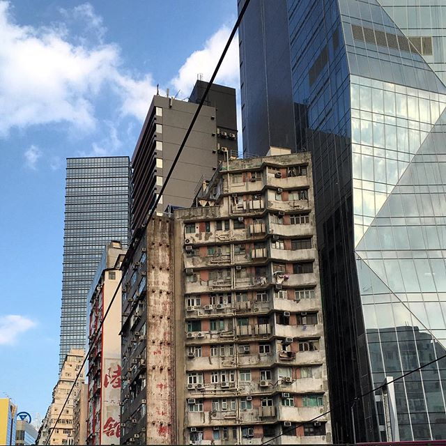 In #hongkong, old #buildings stand right next to huge #towers of #glass and #steel. #architecture #hk #hkig
