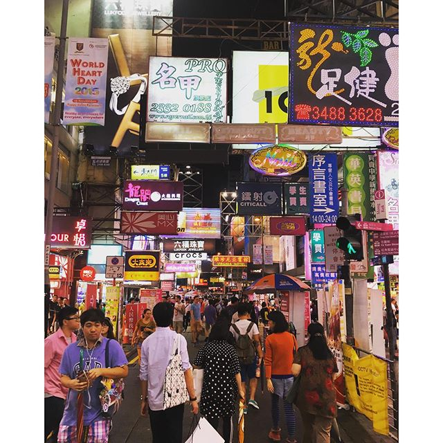 Just another night on #SaiYeungChoiStreet in #Mongkok. #hongkong #hk #hkig