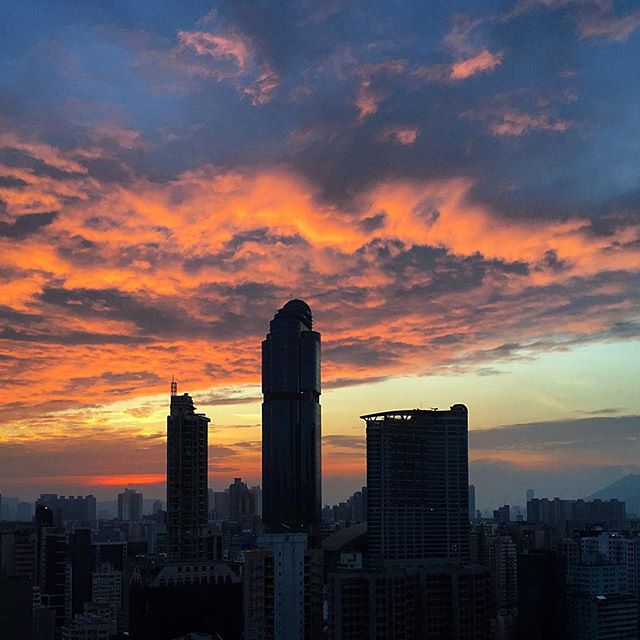 #RedSky at #morning. early #dawn over #Mongkok with #cloud cover. #hongkong #hk #hkig #langhamplace