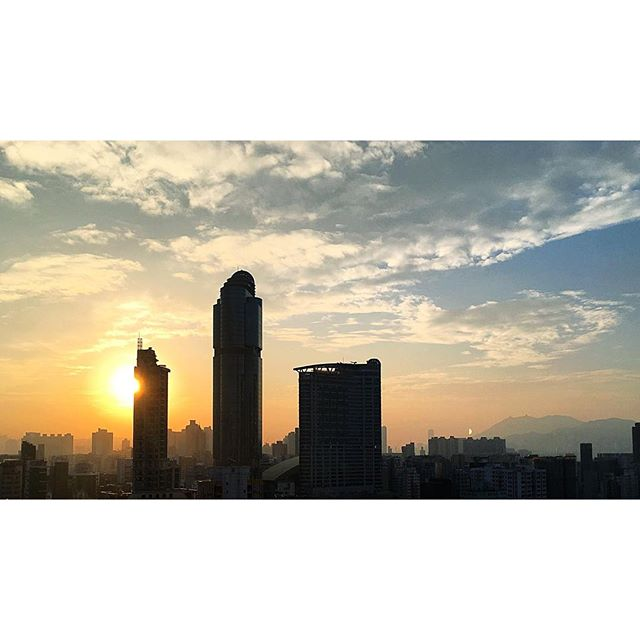 #dawn creeps over #Mongkok. #morning breaks from left to right. #langhamplace dominates the scene. #hongkong #hk #hkig