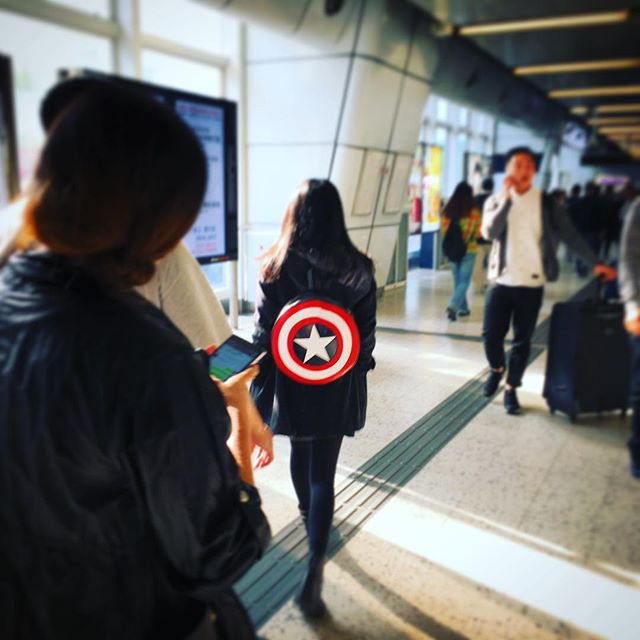 Spotted in #KwunTong, a #lady wearing a #CaptainAmericaShield #backpack. It's not the awesome one from ThinkGeek, just a knockoff I guess. #HongKong #hk #hkig #CaptainAmerica #shield