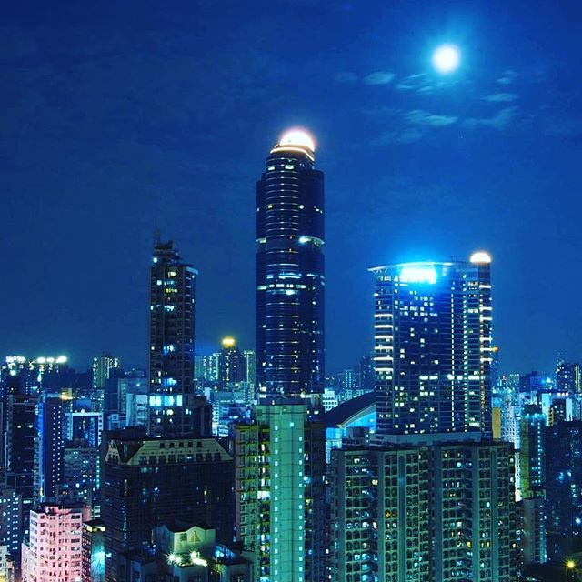 #moon over #Mongkok. The late spring moon hovers over #LanghamPlace in Mongkok. #Kowloon #hongkong #hk #hkig
