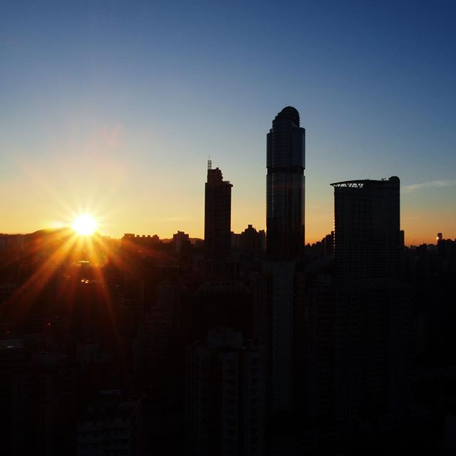 It's 6.30am in #Mongkok. The #silhouette of #langhamplace stands silently at a #midautumn #sunrise. #hongkong #hk #hkig