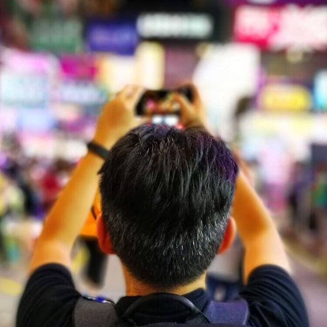 #portrait of the #instagramer as a back-of-the-head. #bokeh background of #SaiYeungChoiStreet in #Mongkok. Shot on a dual lens #HuaweiP9 by @pay_kered #hongkong #hk #hkig