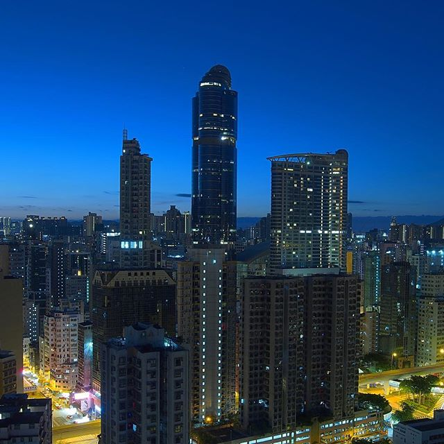 Pre- #dawn #mongkok. Before sunrise, #langhamplace stands watch over the daybreak. #hongkong #hk #hkig