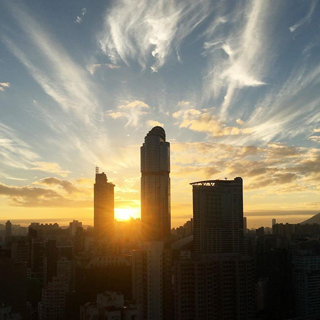 #sunrise / #dawn over #cloud streaked #Mongkok skies. #hongkong #hk #hkig #langhamplace
