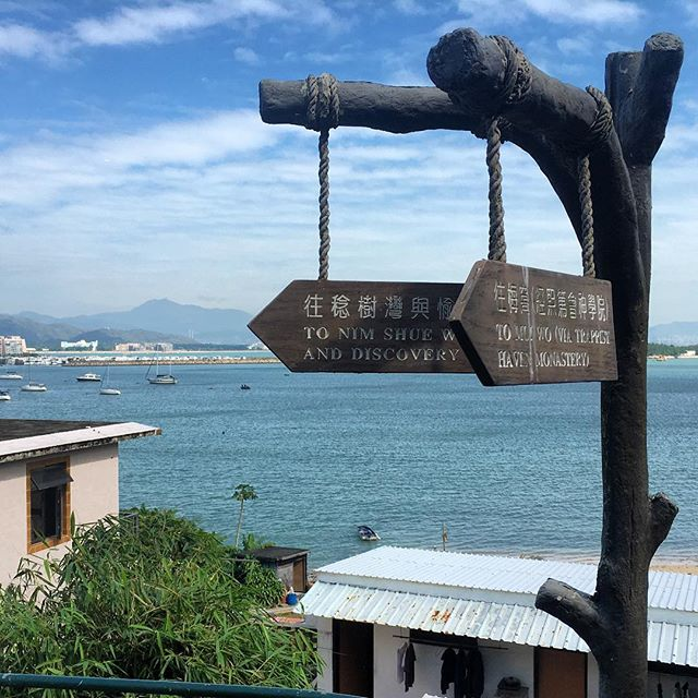 #hiking from #MuiWo to #DiscoveryBay in #hongkong. The #signpost show you the way. #hk #hkig