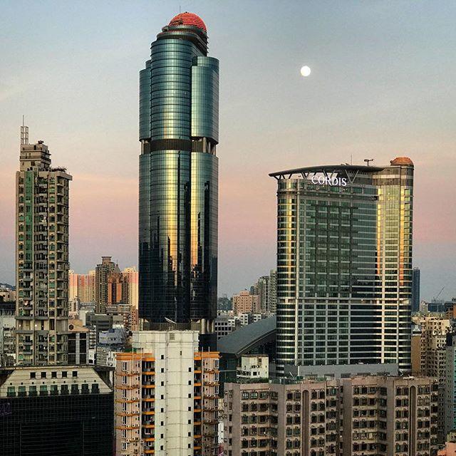 #evening #moonrise over #LanghamPlace in #Mongkok. #moon #hk #hkig #hongkong